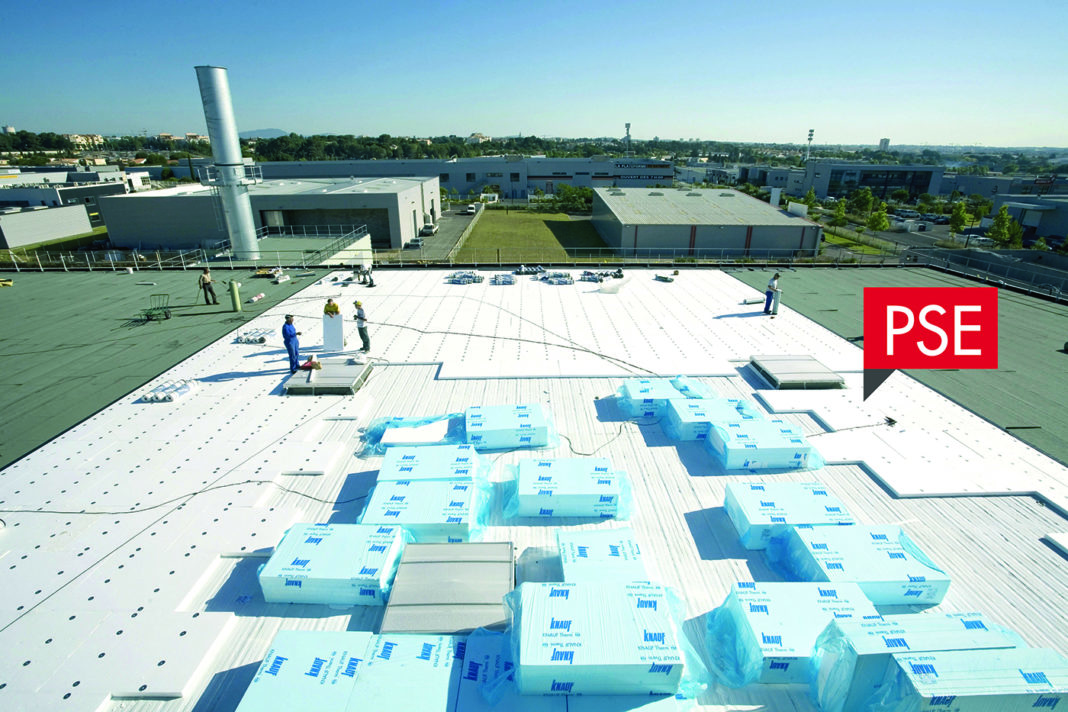 La nouvelle référence de panneaux en polystyrène expansé Knauf Therm TTI Se remplace les anciens panneaux TH36 Se et TH36 Se BA, en répondant aux configurations les plus courantes, pour isoler de manière durable les toitures inaccessibles et les toitures techniques.