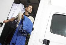 La société Initial s'est ainsi engagée à proposer aux adhérents de la Capeb une prestation de services comprenant notamment la location d'un stock d'articles textiles et d'accessoires spécialement conçus pour les entreprises artisanales du bâtiment